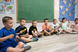 Kinds sitting in circle at music class